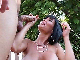 Kinky Veronica Avluv Gets Chatted Into Railing A Dick Outdoors