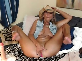 Cowgirl Plays With Her Tempting Cock-squeezing Puss