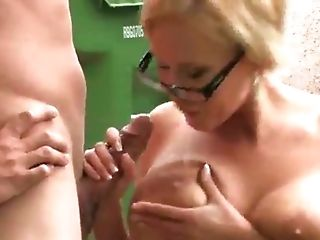 Worthy Mummy Fucks In The Backyard With A Scavenger