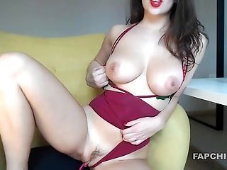 Big Tits Camwhore Shows Off And Masturbates